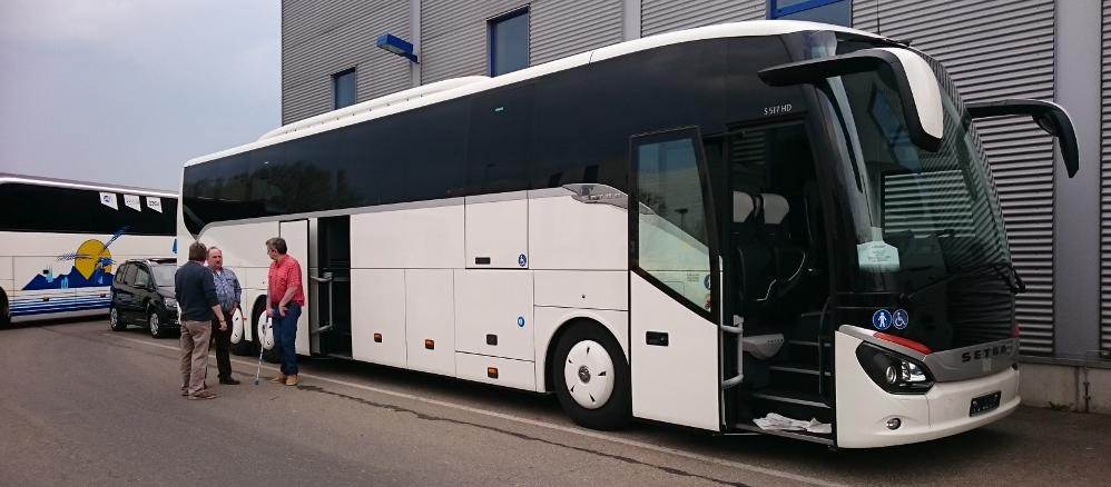behindertengerechter Reisebus mit Rollstuhllift